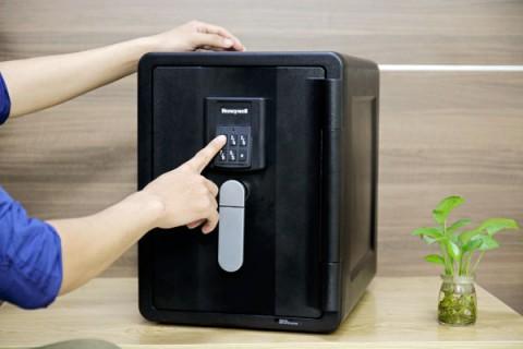 Nên chọn mua két sắt khóa điện tử hay khóa cơ?